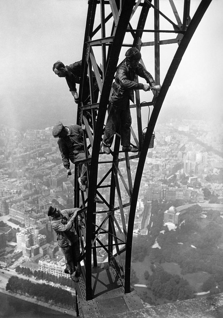 Painting operation on the Eiffel tower